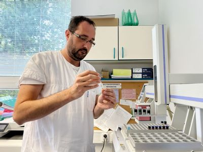 """Odborníci v laboratořích AGELLAB """"šijí"""" léčbu antibiotiky pacientům na míru"""